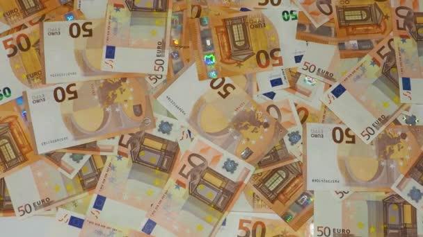 Lékařské masky pádu na mezi mnoha eurech hotovosti jako pozadí, anti virus chirurgické obličejové masky a peníze, vysoká cena masky koncepce