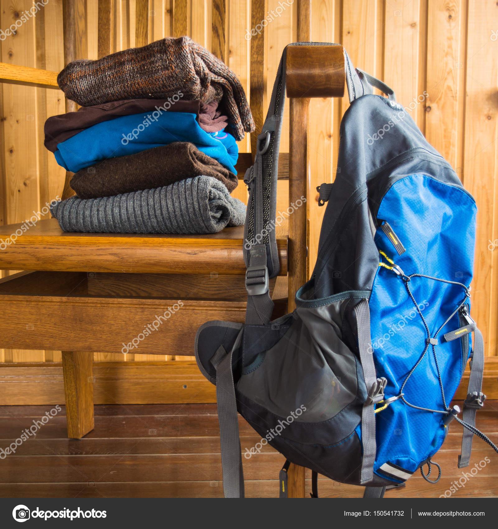 diseño innovador Últimas tendencias comprar lo mejor Ropa de abrigo lista para viajar con mochila — Foto de stock ...