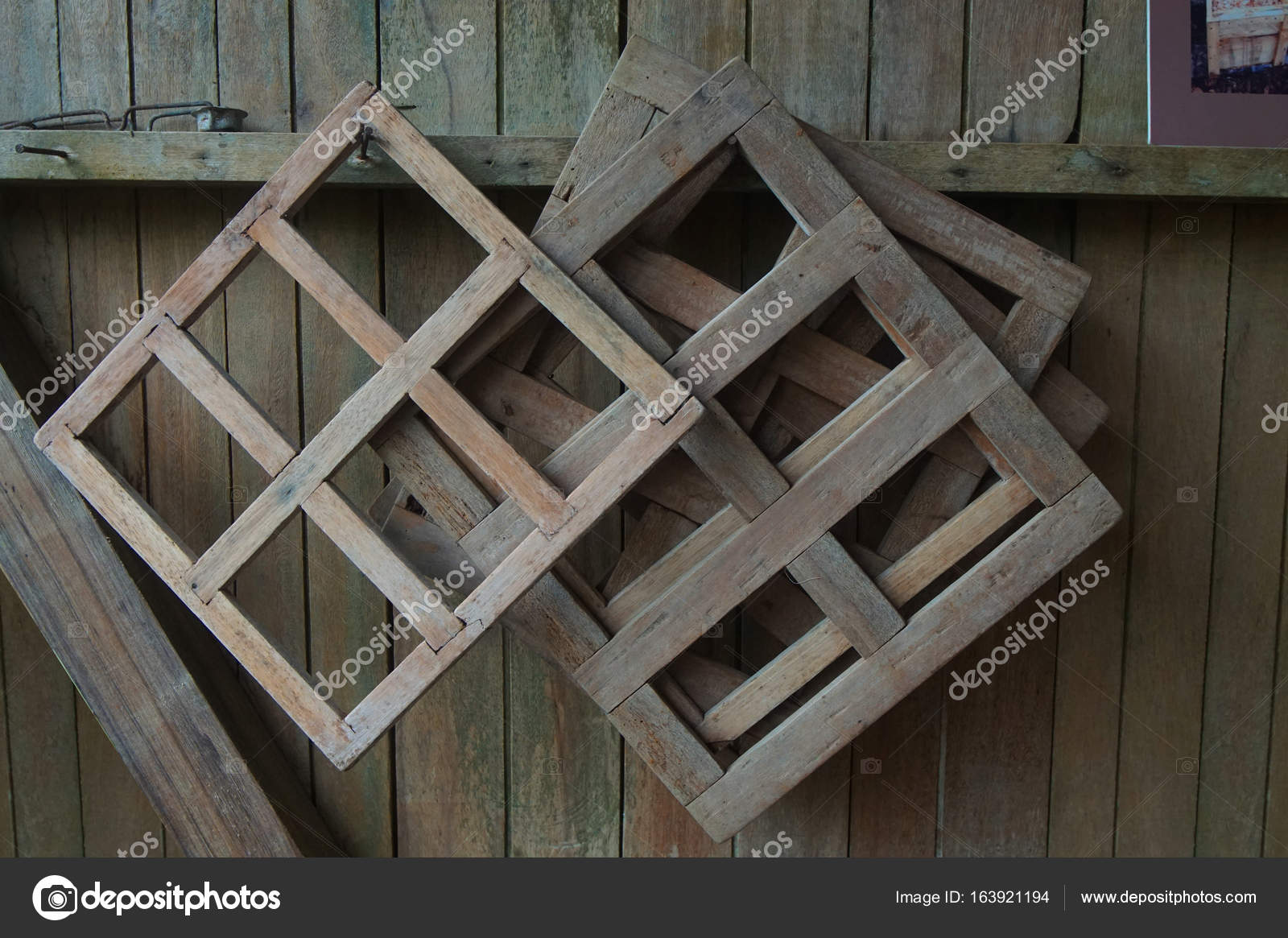 Marcos de madera rústicos utilizados para moldear bloques de ...