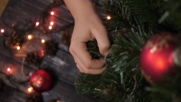 Wer Schmückt Den Weihnachtsbaum.Neujahr Weihnachten Frau Schmückt Einen Weihnachtsbaum