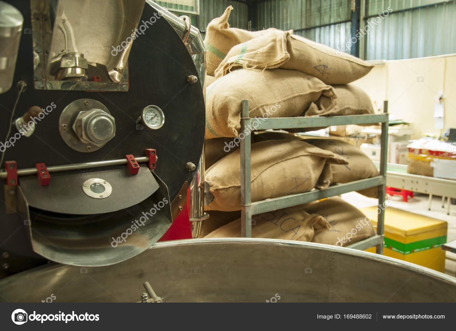 Bolsas en el almacén en el bastidor. Café Arábica, arroz — Foto de ...