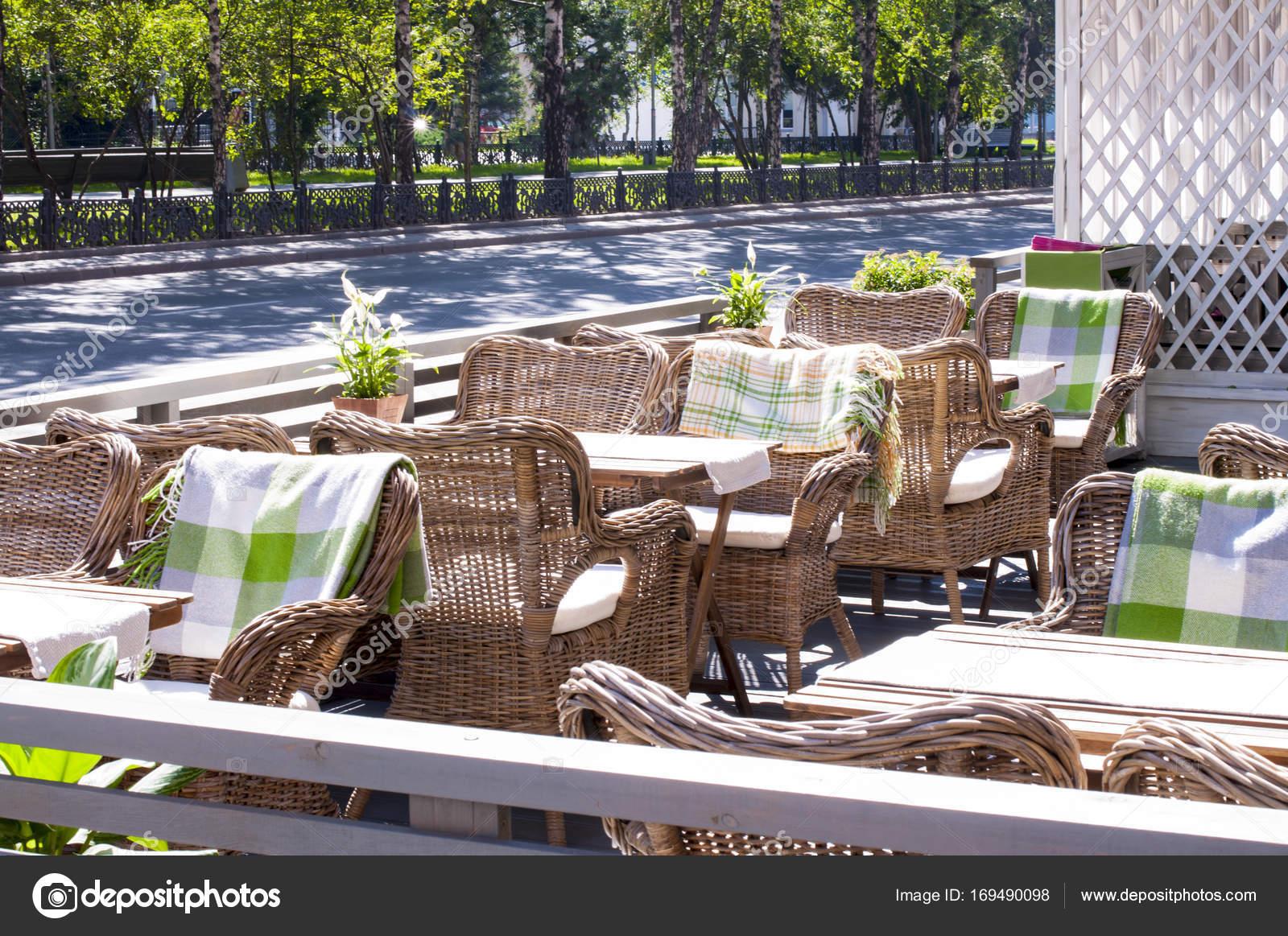 Sedie di paglia in una caffetteria in stile europeo u foto stock