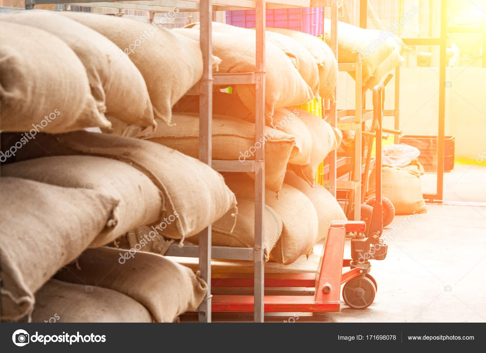 Bolsas en el almacén en el bastidor. Café, Arábica, arroz — Foto de ...