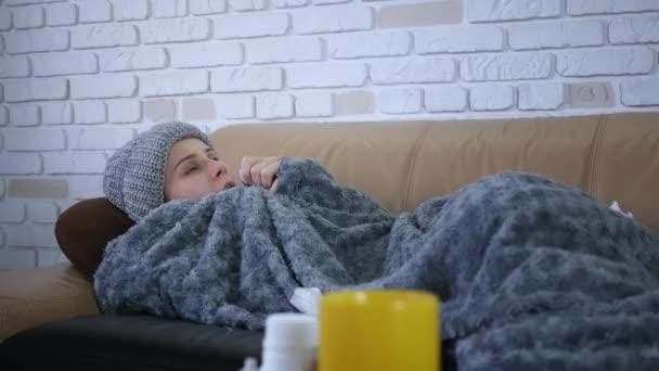 Kranke aufgebrachte junge Frau, die laufende Nase pustet, bekam Grippekonzept geschnappt, Schnupfen im Gewebe lag auf dem Sofa, krankes Mädchen mit Gesundheitsproblem Grippeallergie Symptome Husten, Serviette allein zu Hause haltend