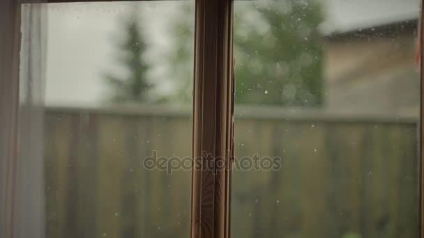 Finestra sporca con un telaio di legno all 39 esterno della - Telaio finestra legno ...
