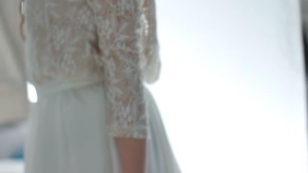 a ruha a menyasszony kezét. Képzőművészet
