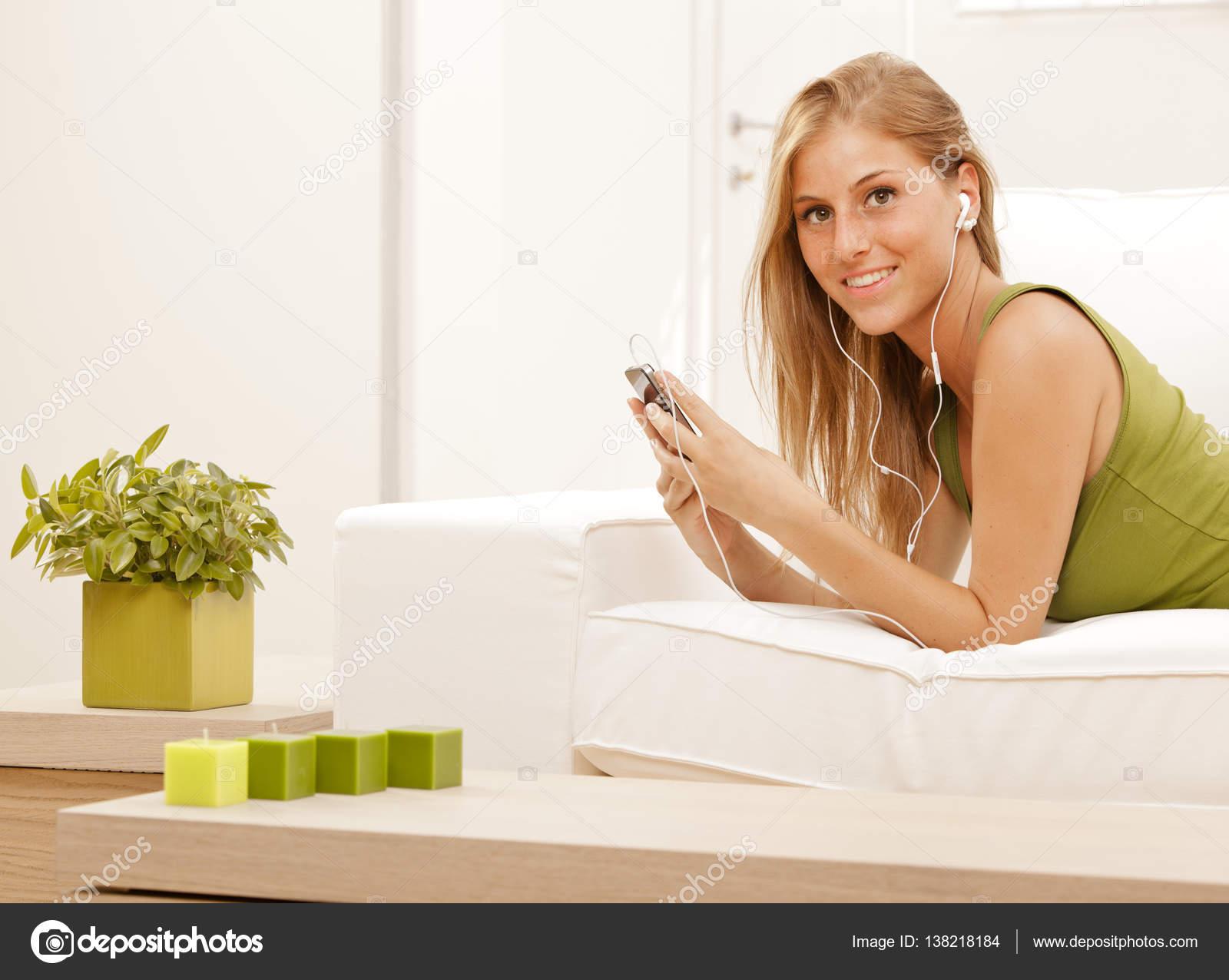 Девушка блондинка на диване фото 199-989