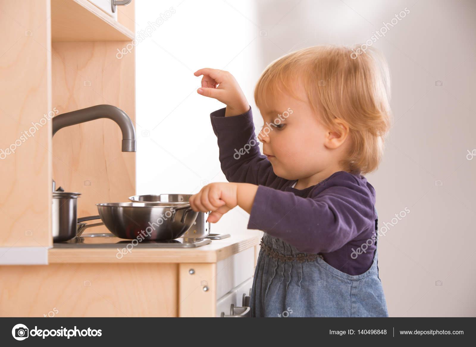 Jugar A Cocinar | Hija De Familia Chica Jugar Cocinar En Cocina De Juguete Foto De