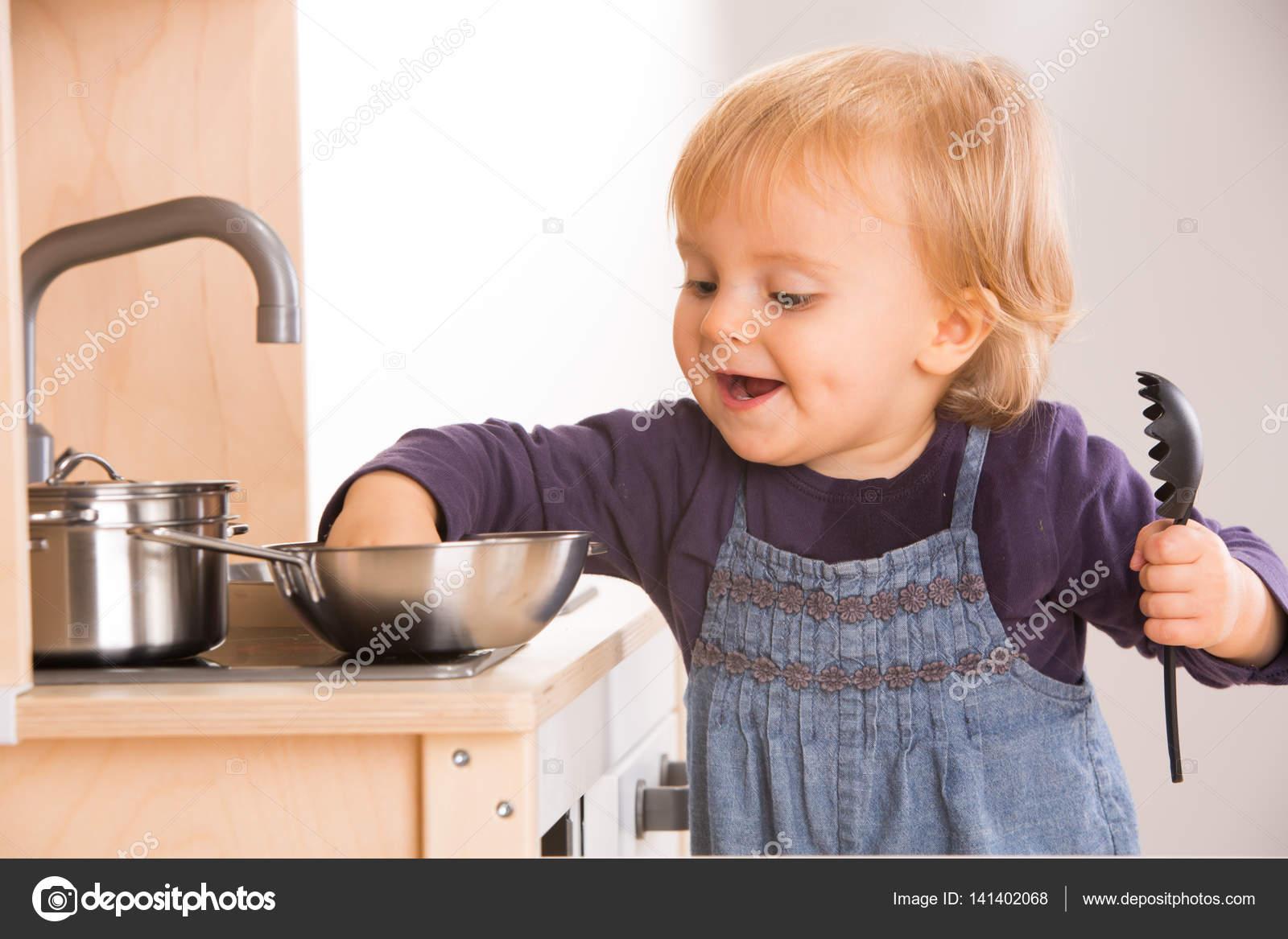 Tochter der Familie Mädchen spielen in Spielzeug Küche — Stockfoto ...