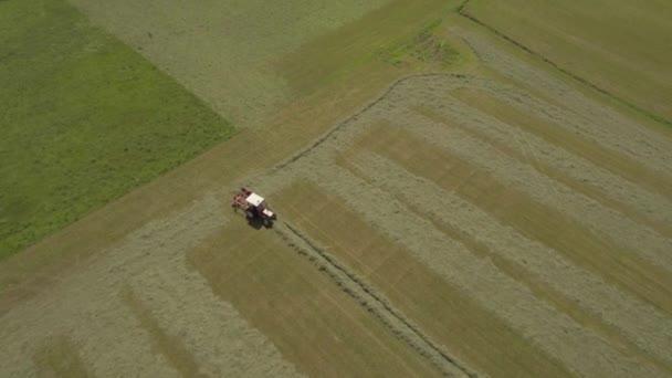zemědělství traktor sklizně pole v Itálii 4k letecké dron následovat öirok˝ záběr