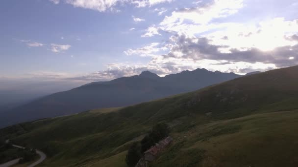 Lysé hoře v létě slunný západ slunce nebo východ slunce, svítání nebo za soumraku se silniční a lodge 4k letecké DRONY dopředného letu široké založení shot