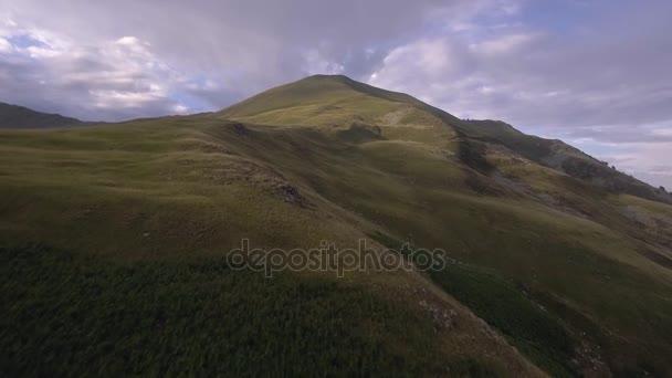 Lysé hoře v létě Slunečné západ slunce nebo svítání, za soumraku nebo svítání odhalují 4 k letecké dron dopředného letu široké přírodní stanovením shot