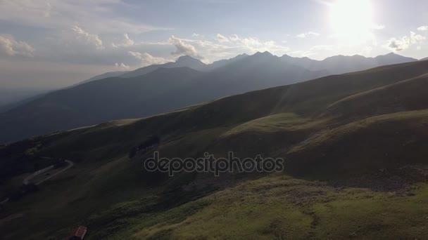 Lysé hoře v létě Slunečné západ slunce nebo východ slunce, svítání nebo za soumraku se silniční a lodge 4k letecké DRONY dopředného letu široké povahy založení shot