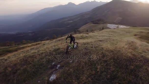 Biker stezka svézt horské kolo u dřeva lesní údolí v létě slunečný den, blížící se Západ slunce nebo sunrise úsvitu nebo soumraku 4k letecké DRONY oběžnou dráhu letu öirok˝ záběr