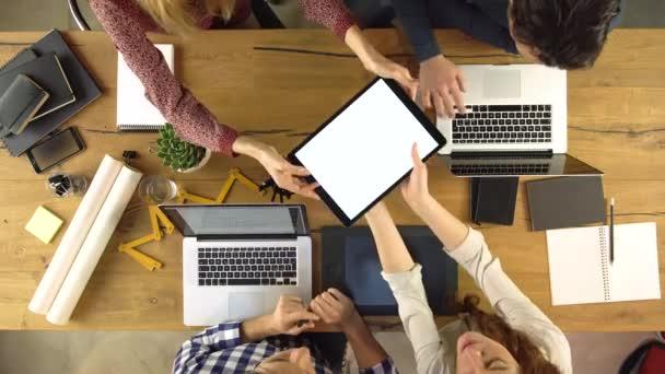 Použití a sdílení tabletu na myšlenku projektu design skupiny horní pohled lidí. Kreativní moderní obchodní tým pracovní schůzka kanceláři agentury. video 4 k vnitřní technologie