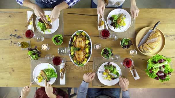 přátelé jíst oběd a pití pohromadě