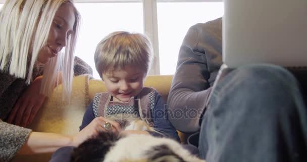 malá dívka si hraje s cat a maminka
