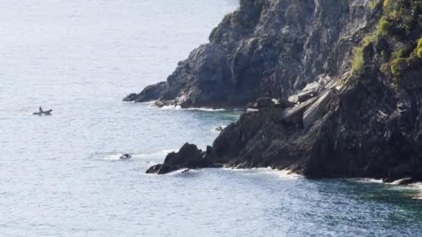 tengeri hullámok összeomlik a sziklás parton beach partján