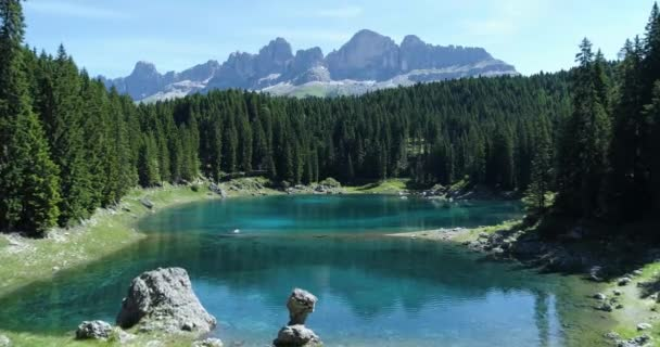 pohyb vpřed nad modrým jezerem