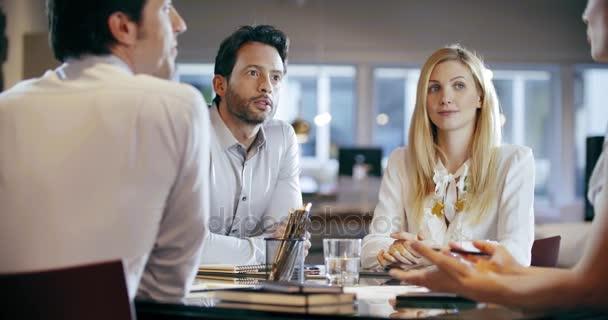 Firmenkundengeschäft Teamarbeit im Büro treffen. Vier kaukasischen Geschäftsmann und Geschäftsfrau Personen Gruppe Strategie miteinander reden. Zusammenarbeit, wachsende, Erfolgskonzept mit Chart. 4k video
