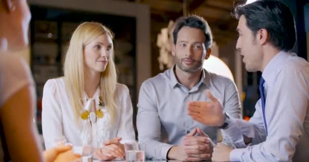 Firemní obchodní tým práce úřadu setkání. Čtyři kavkazské podnikatel a podnikatelka lidí ustrojených strategie skupiny. Spolupráce, růst, úspěch konceptu handshake smlouvy deal.4k video