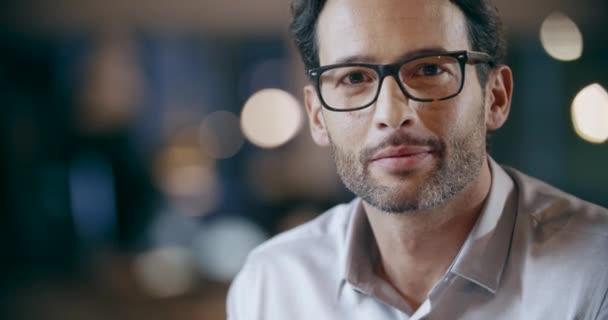 Jistý muž s brýlemi oko s úsměvem portrét. Firemní obchodní tým práce úřadu setkání. Kavkazská podnikatel a podnikatelka lidé skupina spolu rozmlouvali. Collaboration,Growing,success.4k video