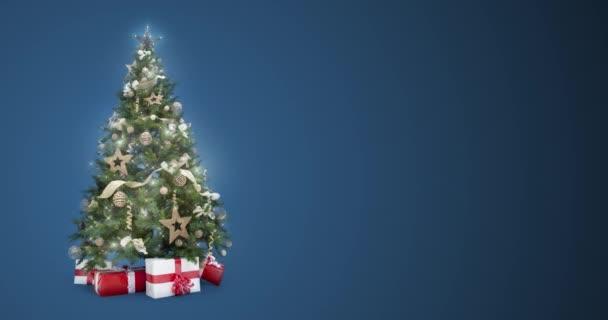 Opakování světla zdobené vánoční strom s dárkové krabičky na modré pozadí s textem prostor umístit logo nebo kopírovat. Animovaný abstraktní vánoční dárek Blahopřejné pohlednice. 4 k videa bezešvé smyčka