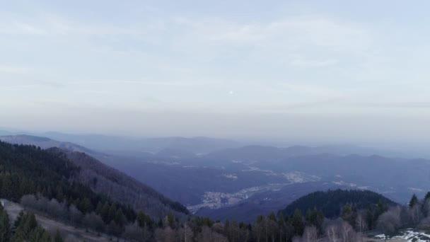spostandosi in avanti sopra la foresta boschi nuda caduta verso la luna in autunno o inverno sera. Montagne rocciose di natura soleggiata allaperto scape con drone selvatici establisher.4k aerea neve volo che istituisce colpo