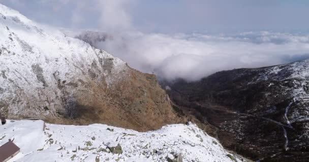 letecký létání, pohybující se vpřed přes zasněžený horský hřeben údolí nedaleko lodge zřizovatel. Venkovní sníh alpské přírody stvol v zimě. 4 k drone letu o shot