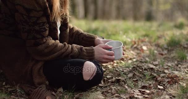 Frau trinkt heiße Getränke wie Tee oder coffee.real Freunde Menschen ...