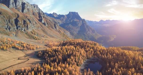 dopředné antény přes alpské horské údolí jezero a oranžové modřín Les lesy slunečný podzim. Venkovní Alpách divoký pád přírody na západ slunce nebo sunrise establisher.4k hukot let založení shot