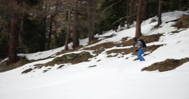 Muž freeride lyžování nedaleko lesa. Horolezecká činnost ski. Lyžař lidí zimní sport v horské přírodě. Čelní pohled. Slow motion 60p 4 k videa