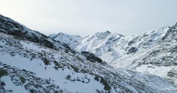Zpětně antény přes zimní zasněžené horské lezení lyžař lidí, kteří jdou nahoru climbing.snow hory pokryty nahoře a ledu ledovce. Zimní přírody venkovní establisher.4k hukot letu