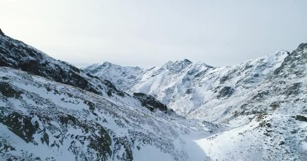 Zpětně letecký pohled shora nad zimní zasněžené vrcholky hor rock. Rocky mountains summity pokryta sněhem a ledem ledovce. Zimní divoké přírody stvol venkovní establisher.4k hukot let založení shot