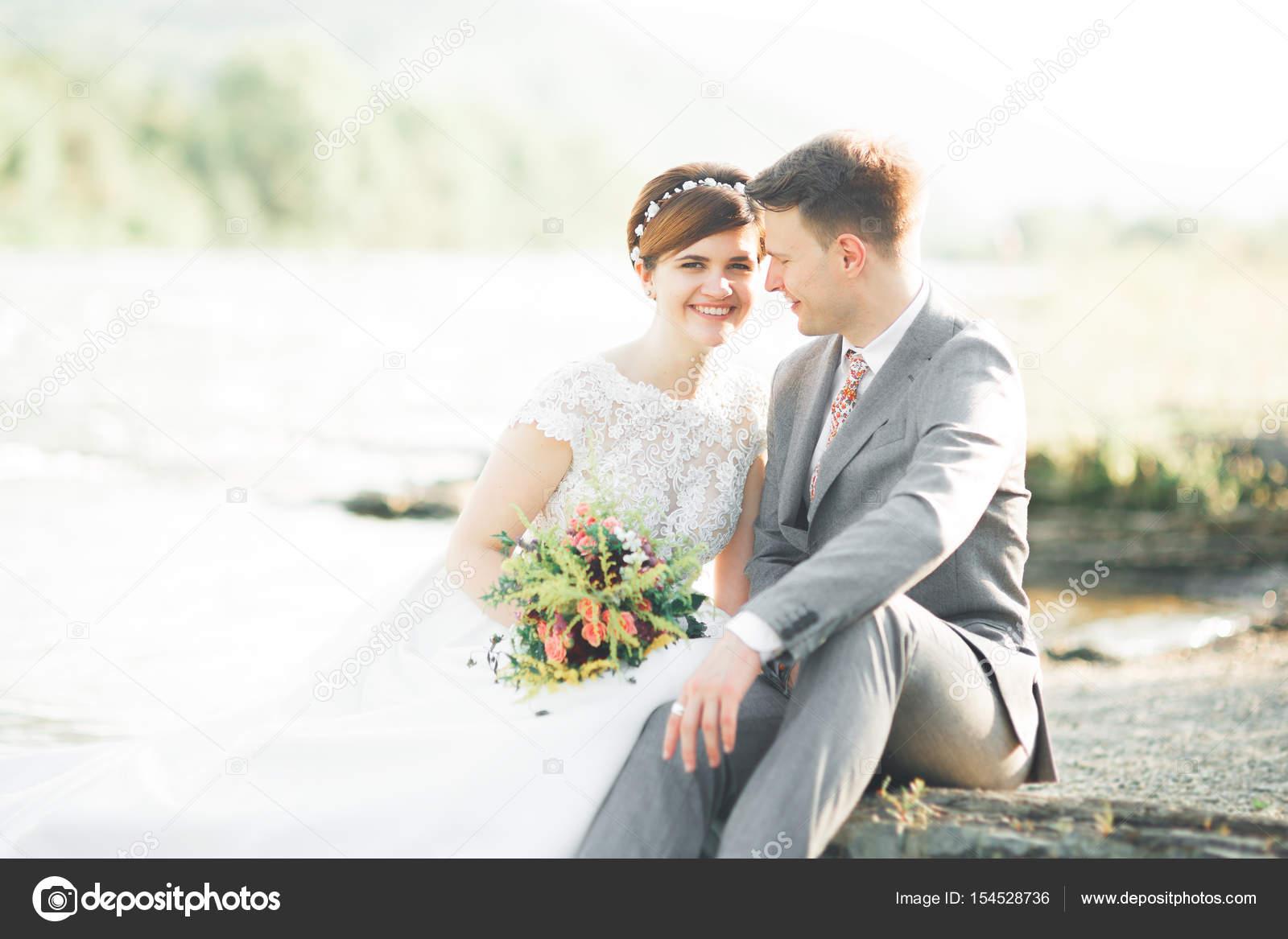 novios novio elegante suave elegante y novia cerca de río con