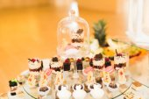 Vynikající sladkosti na svatební cukroví bufet s dezerty, košíčky