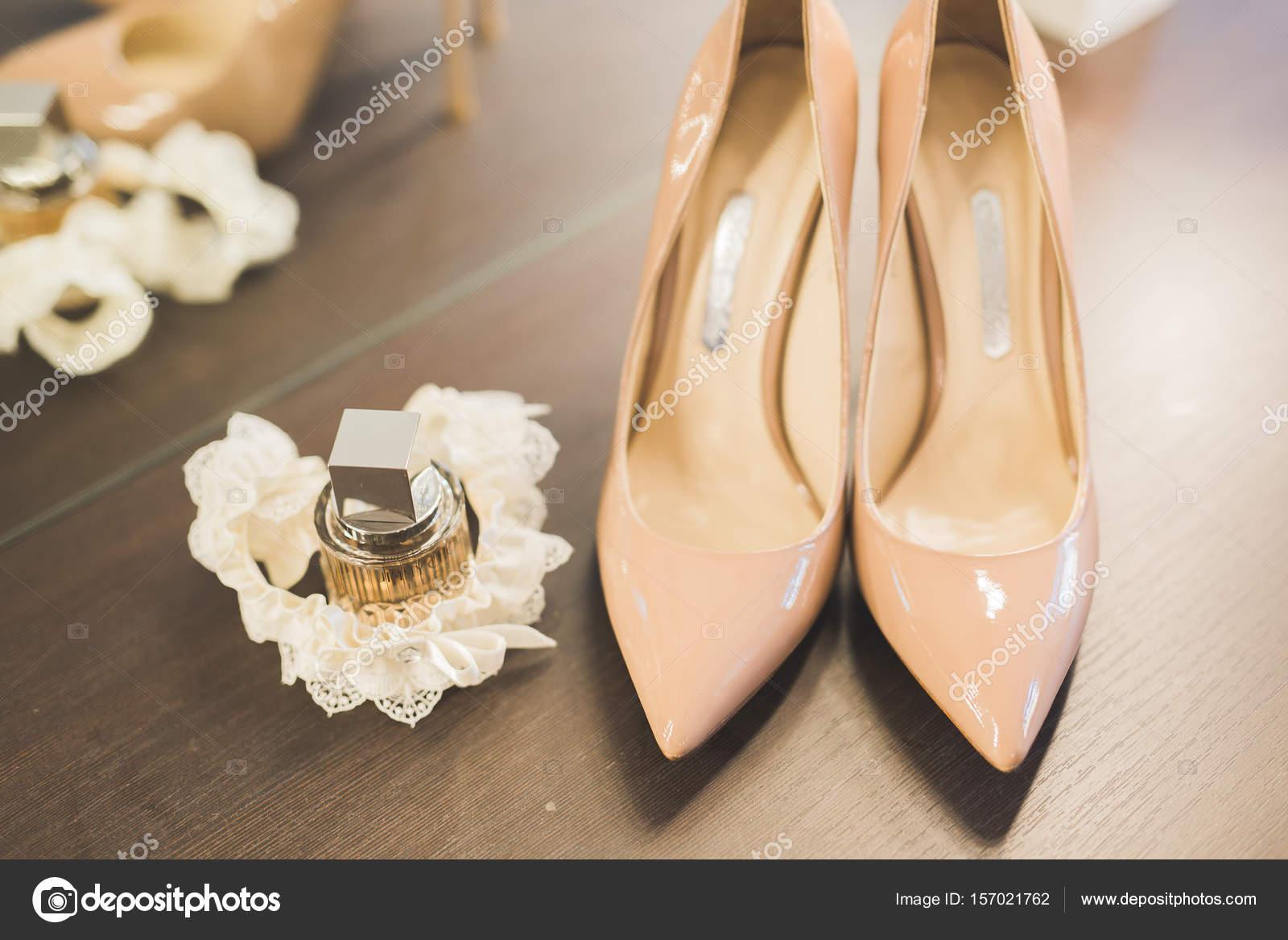 Weisse Schone Hochzeitsschuhe Fur Frauen Braut Stockfoto