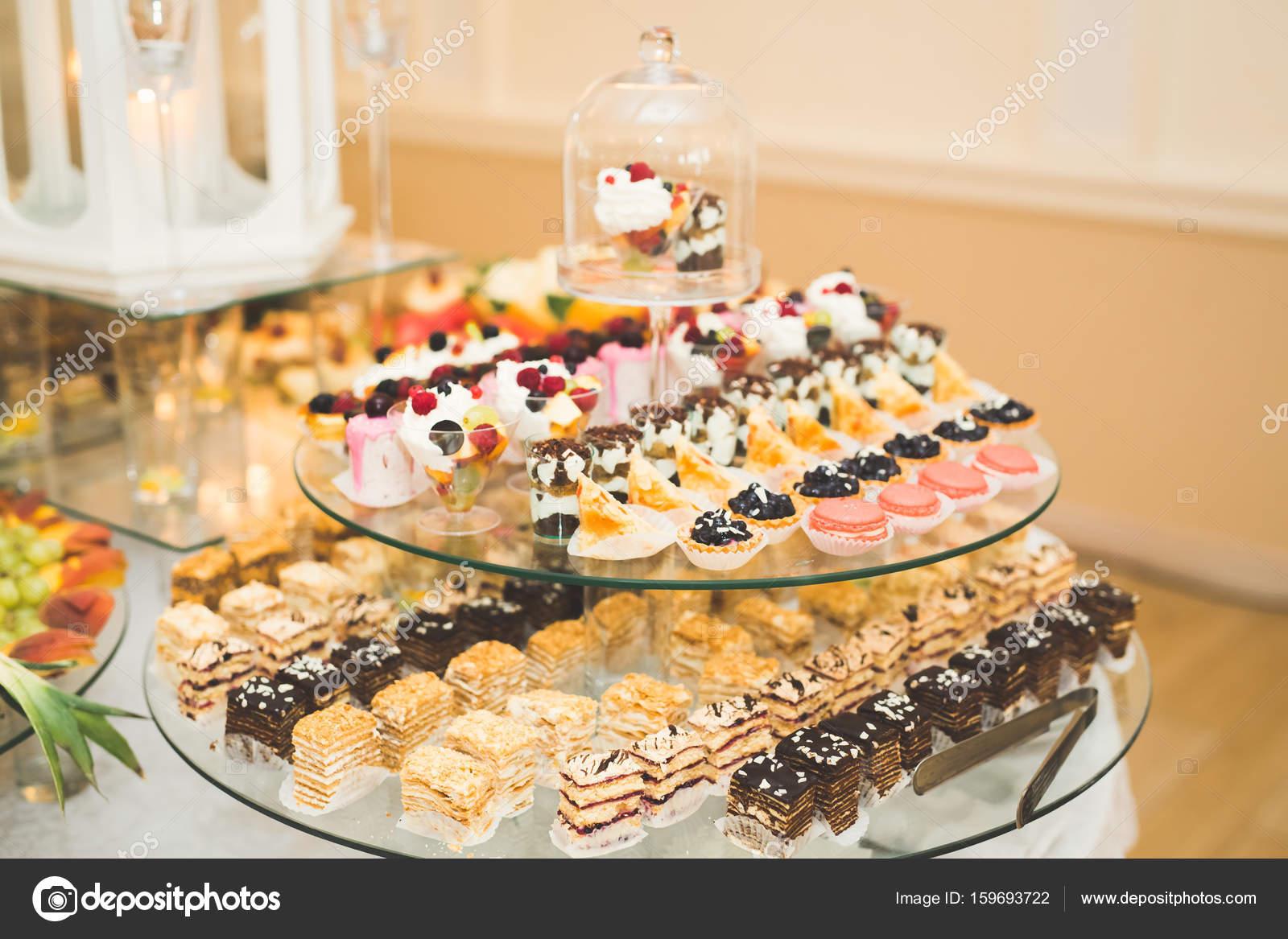 Buffet Di Dolci Di Natale : Deliziosi dolci su candy matrimonio a buffet con dolci cupcakes