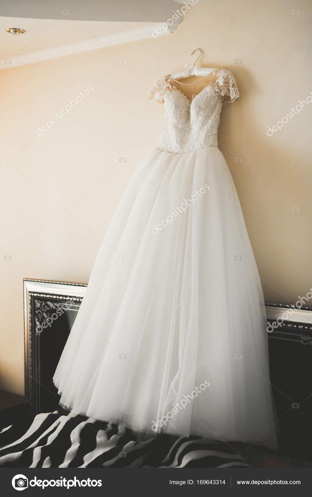 L abito da sposa perfetto in camera della sposa — Foto Stock ... 1751fcfb3f6