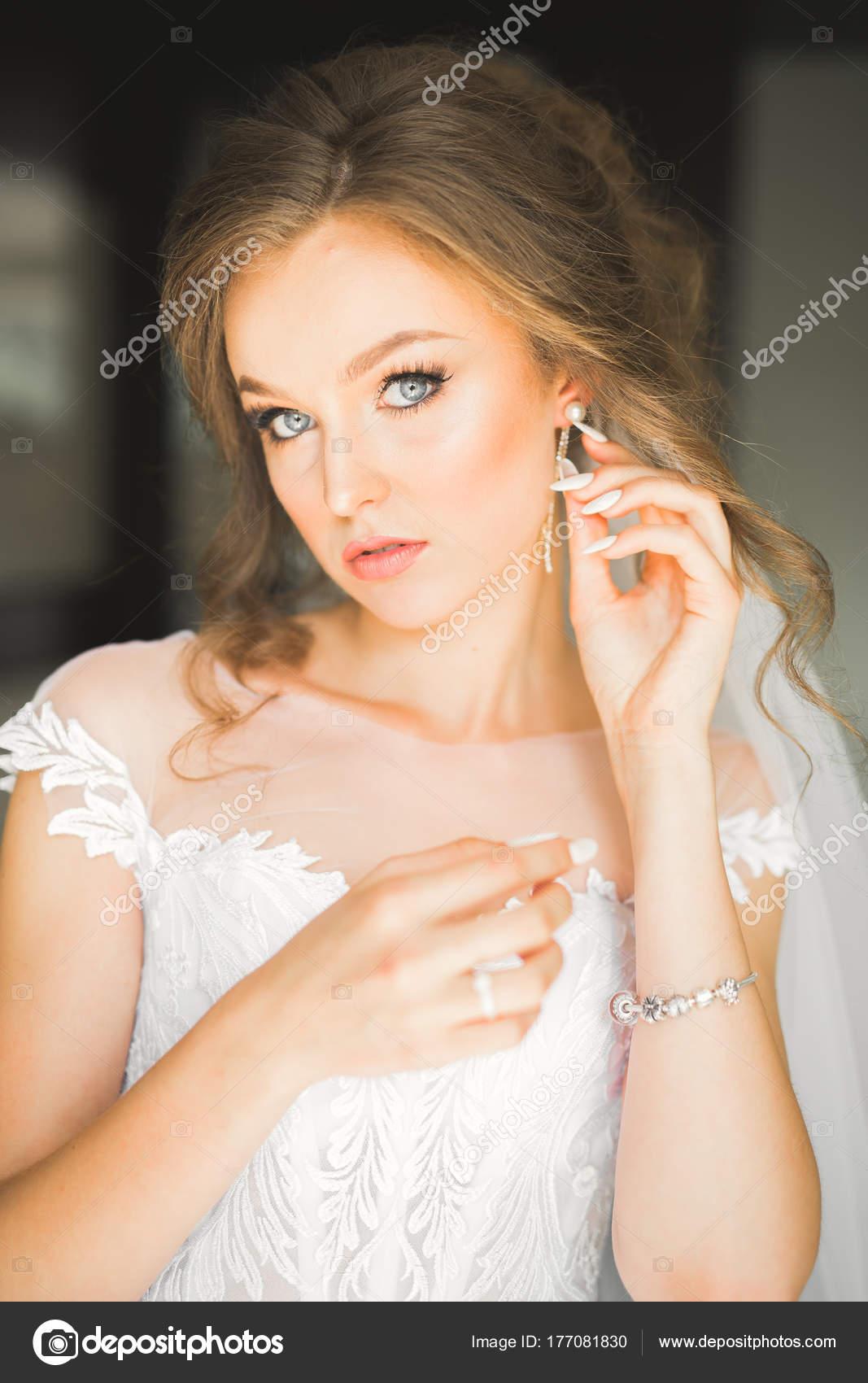 Schone Braut Mode Hochzeit Kleid Mit Federn Mit Luxus Freude Make Up