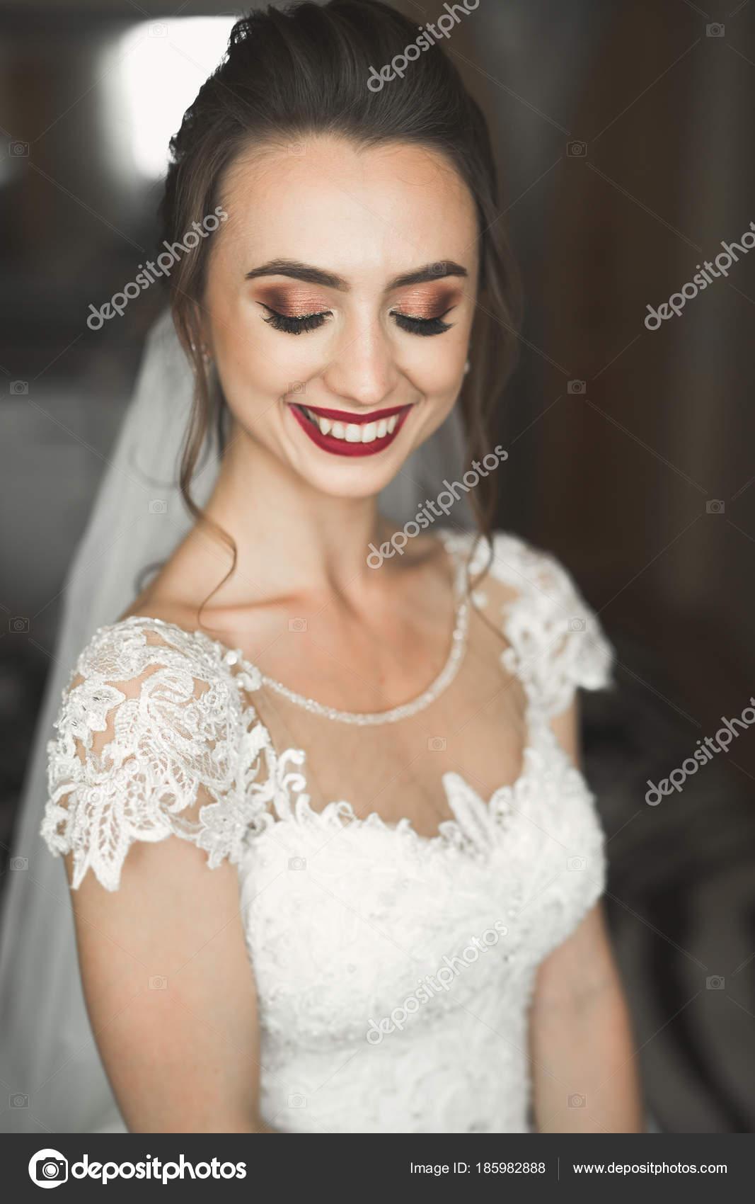 Schöne Braut Mode Hochzeit Kleid mit Federn mit Luxus Freude Make-up ...