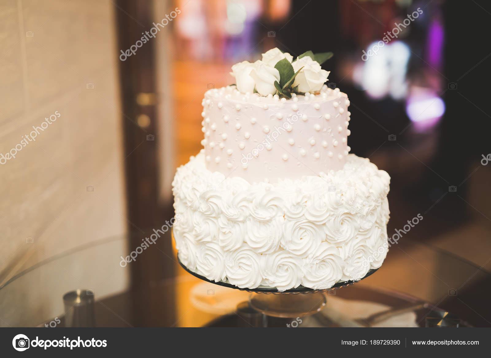 Gâteau De Mariage De Luxe Décorée Sur La Table