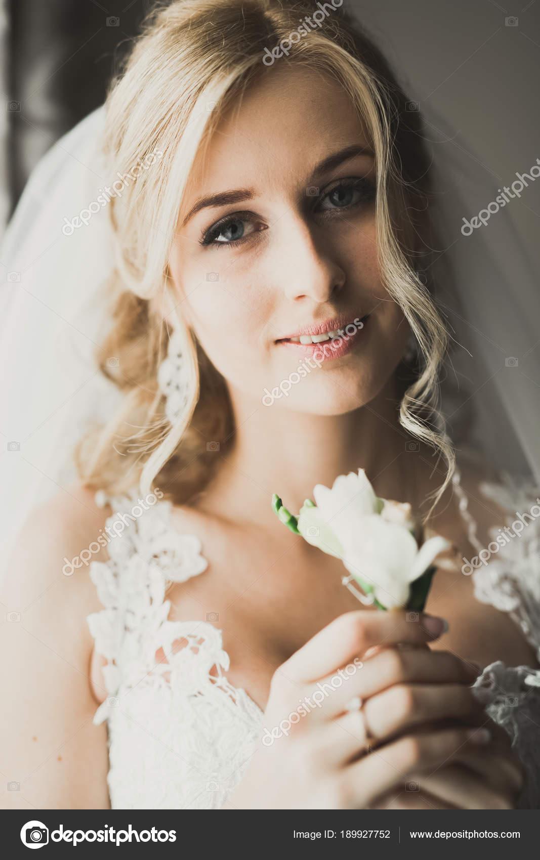 Mooie Bruid Dragen Van Mode Trouwjurk Met Veren Met Luxe