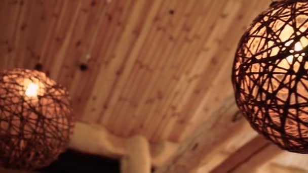 kulatý proutěný lustr na stropě