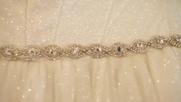 nevěsta svatební šaty visí v pokoji