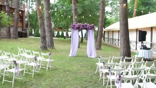 boltív egy esküvői szertartás lila virágok