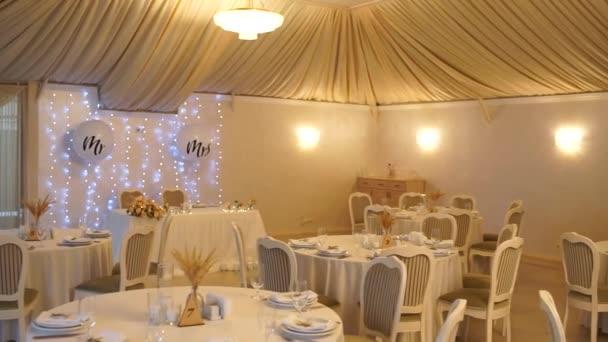 jídlo v restauraci na svatbě