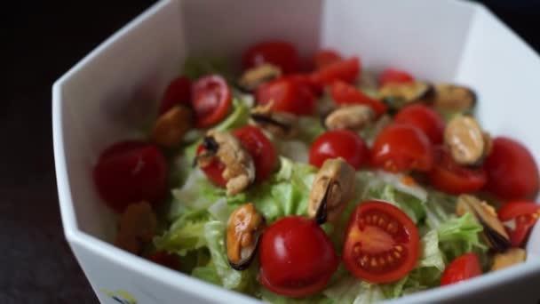 udělat salát, salát a rajče
