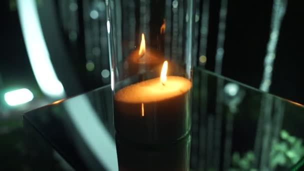 svíčky hořet ve svícnu