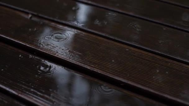 kapky deště padající na dřevěnou podlahu